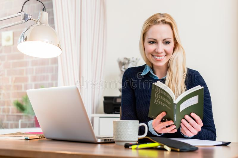 Libro de lectura feliz de la mujer fotos de archivo