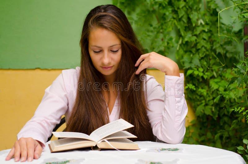 Libro de lectura hermoso de la muchacha en el jardín fotos de archivo libres de regalías