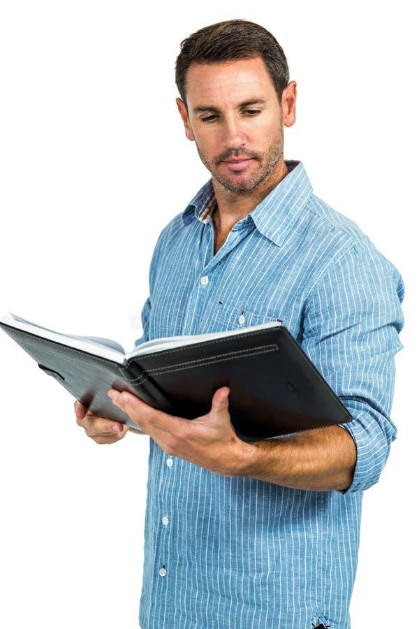 libro de lectura hermoso del hombre imagen de archivo libre de regalías