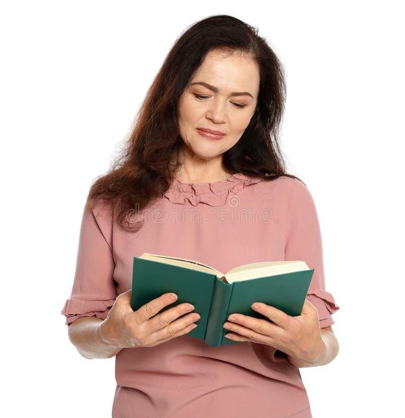 Libro de lectura maduro de la mujer en blanco imágenes de archivo libres de regalías