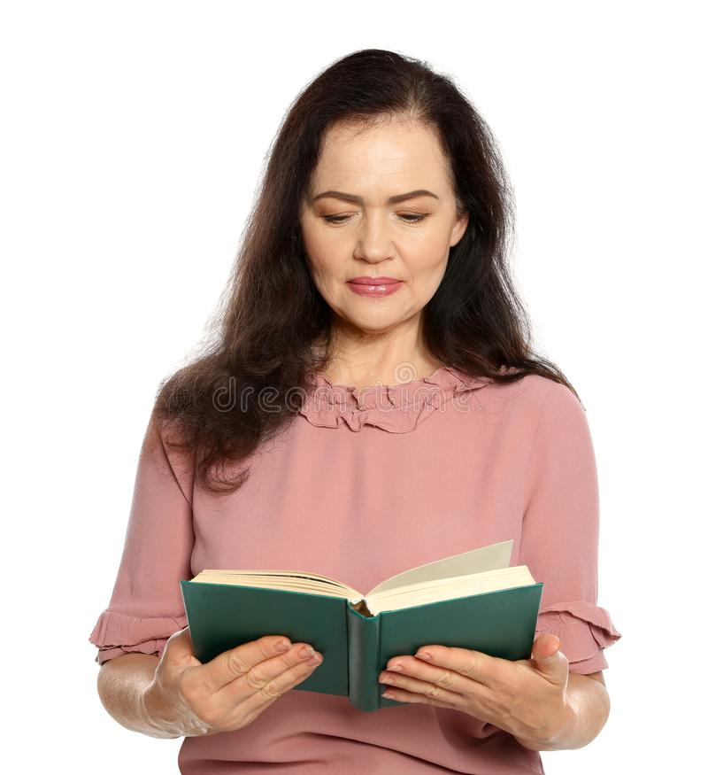 Libro de lectura maduro de la mujer en blanco fotos de archivo libres de regalías