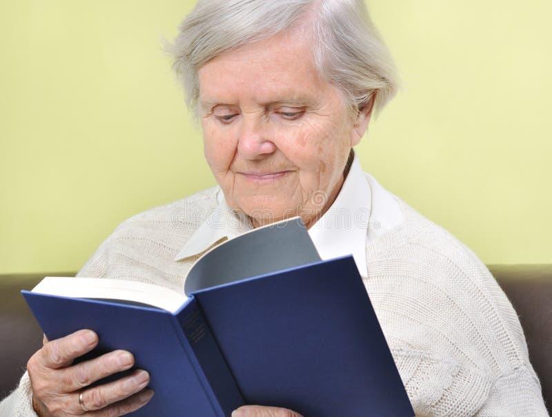 Libro de lectura mayor de la mujer. foto de archivo libre de regalías