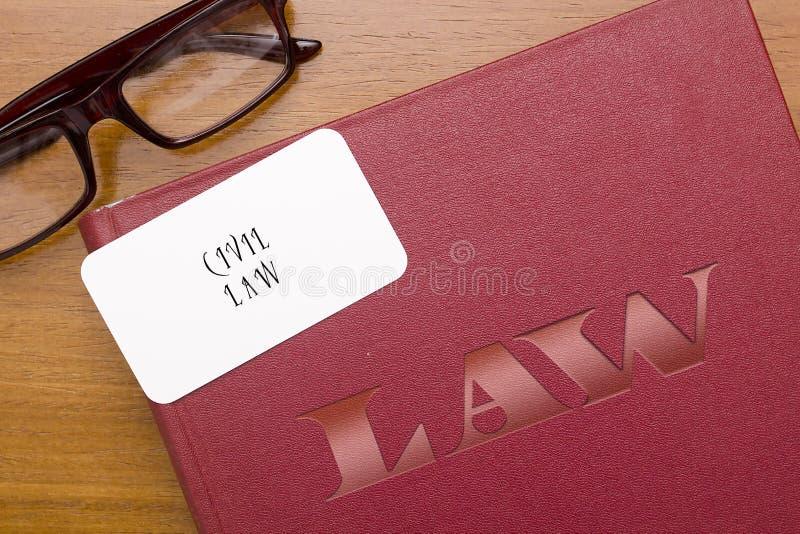 Libro de leyes en el derecho civil con la tarjeta de visita foto de archivo libre de regalías