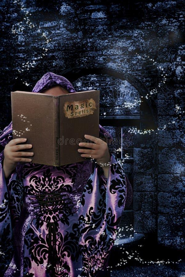 Libro de los encantos mágicos fotos de archivo