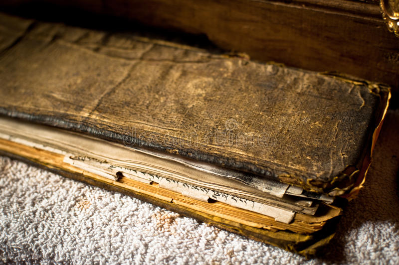 Libro de oración budista en el monasterio de Spituk del tibetano foto de archivo