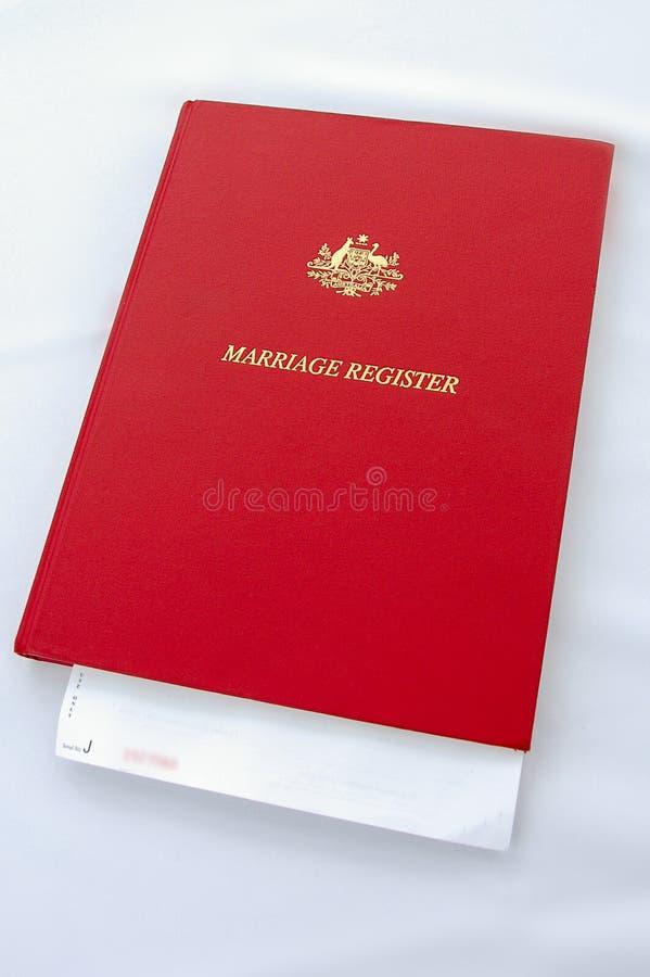 Libro de registro del matrimonio que descansa sobre una tabla con el mantel blanco foto de archivo libre de regalías