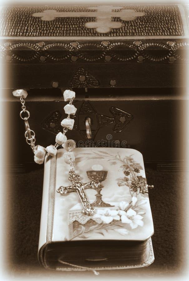 Libro de rezo de la vendimia y rosario fotos de archivo