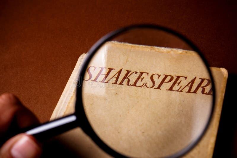 Libro de Shakespeare encendido a través de la lupa foto de archivo libre de regalías
