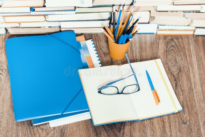 Libro de texto, cuaderno, smartphone, ordenador port?til, vidrios, pilas de la pila de literatura, en el fondo del negocio de la  imagenes de archivo