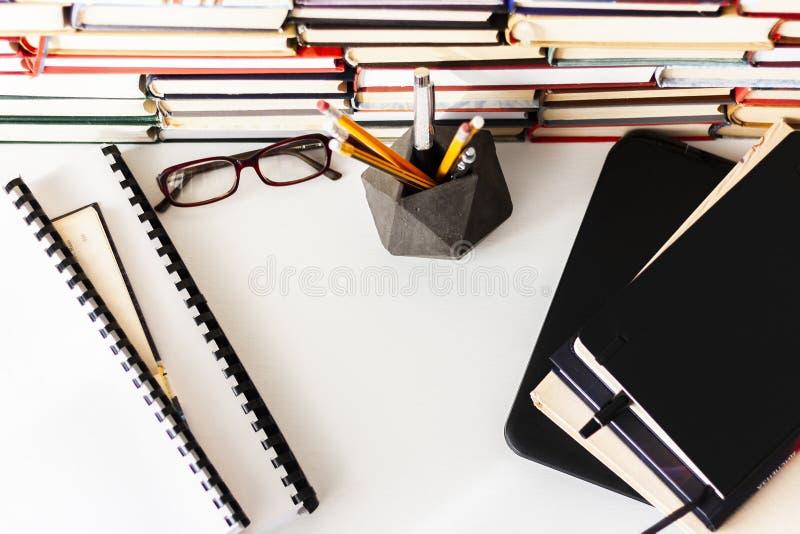 Libro de texto, ordenador portátil, vidrios, pilas de literatura, estantes de la pila en el fondo del negocio de la oficina para  imágenes de archivo libres de regalías