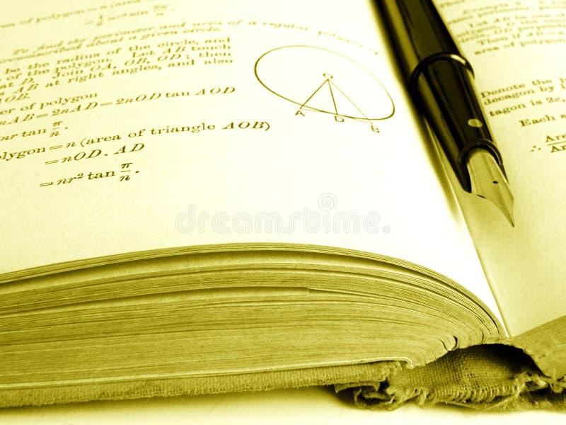 Libro de texto viejo de las matemáticas abierto imágenes de archivo libres de regalías