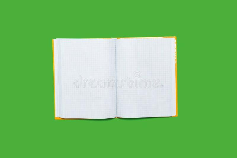 Libro de trabajo abierto en un fondo verde fotografía de archivo