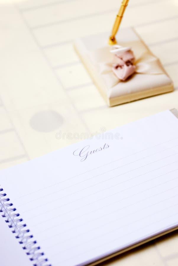 Libro de visitas y pluma en la boda, la recepción, o el evento foto de archivo