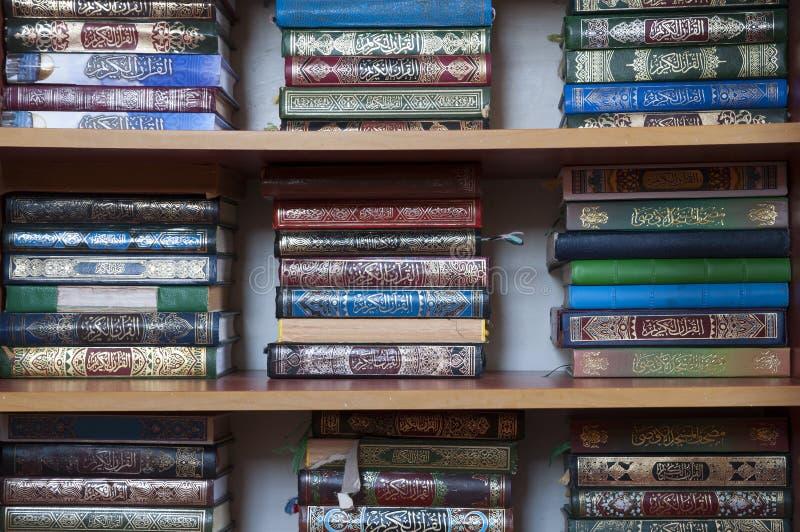 Libro del Corano sullo scaffale nella moschea di Nazaret fotografia stock