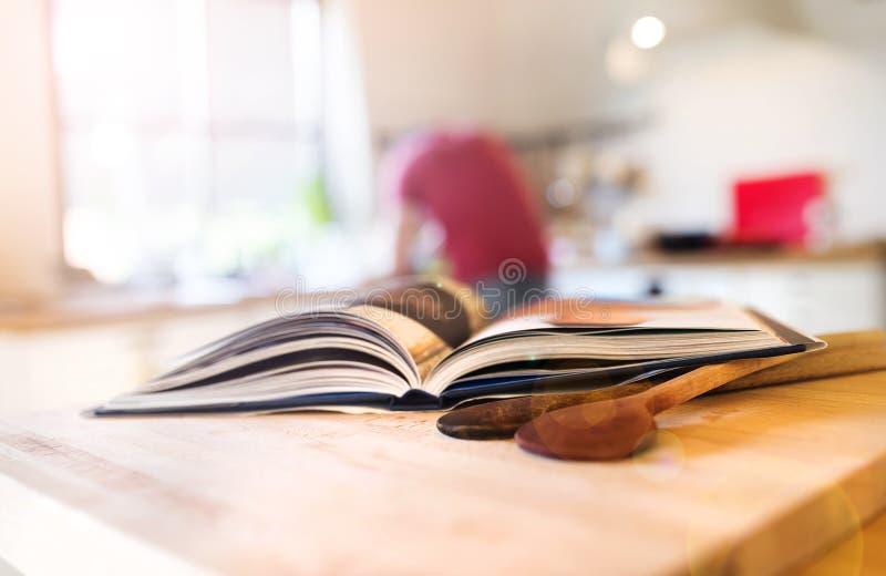 Libro del cuoco su una tavola immagine stock