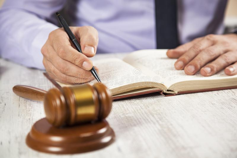 Libro della mano dell'uomo con il giudice immagini stock libere da diritti