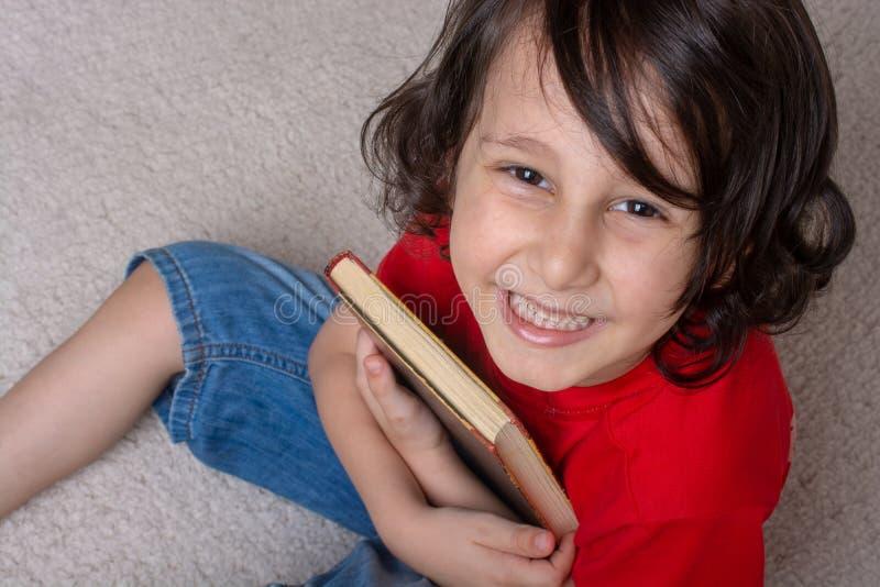 Libro della tenuta del ragazzo come concetto di giorno del libro del mondo immagini stock libere da diritti