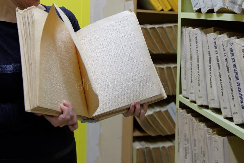 Libro di Braille nella biblioteca tattile immagini stock libere da diritti