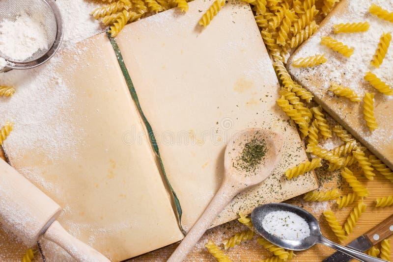 Libro di cucina e pasta fotografia stock