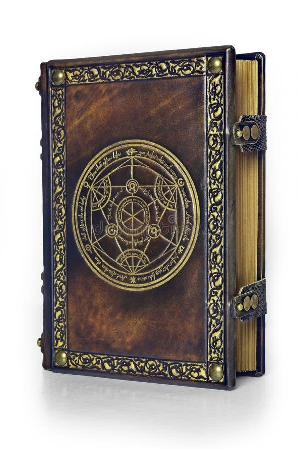 Libro di cuoio di alchemia con il cerchio dorato di trasmutazione attribuito ad un alchimista tedesco a partire dal XVII secolo immagini stock