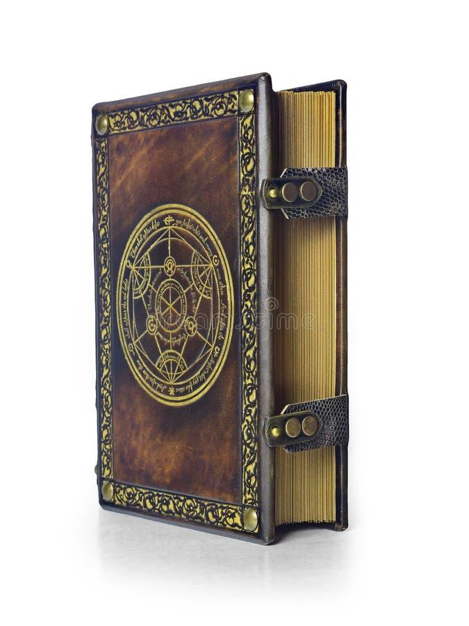 Libro di cuoio di alchemia con il cerchio di trasmutazione nel centro della copertina, attribuito all'alchimista tedesco a partir fotografia stock