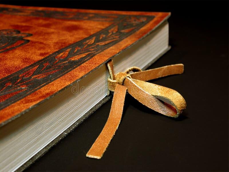Libro di cuoio con il fermo fotografie stock libere da diritti