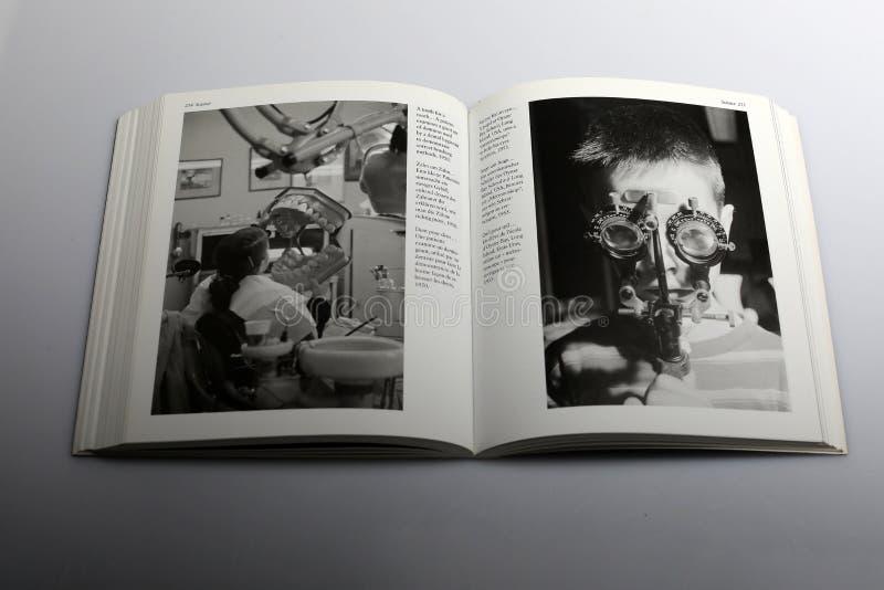 Libro di fotografia di Nick Yapp, bambino con metronoscope immagini stock