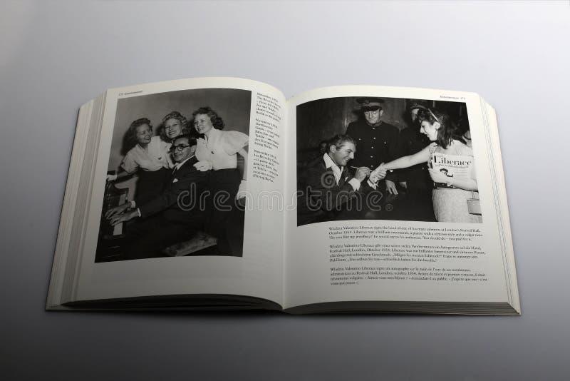 Libro di fotografia di Nick Yapp, Beverley Sisters 1954 immagini stock libere da diritti