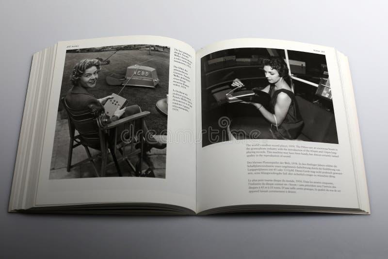 Libro di fotografia di Nick Yapp, falciatrice radio-controllata nel 1959 immagine stock libera da diritti