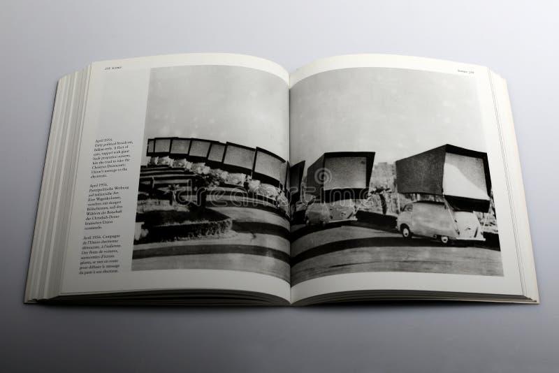 Libro di fotografia di Nick Yapp, flotta delle automobili con gli schermi giganti di proiezione di fondo fotografie stock libere da diritti
