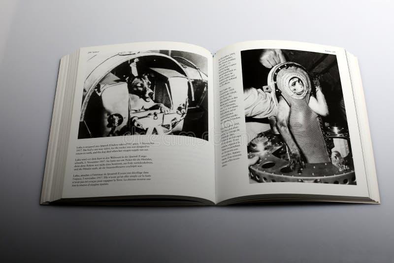 Libro di fotografia di Nick Yapp, viaggio della scimmia nello spazio fotografia stock libera da diritti