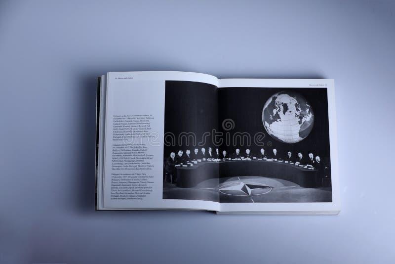 Libro di fotografia di Nick Yupp, conferenza di NATO a Parigi immagini stock libere da diritti