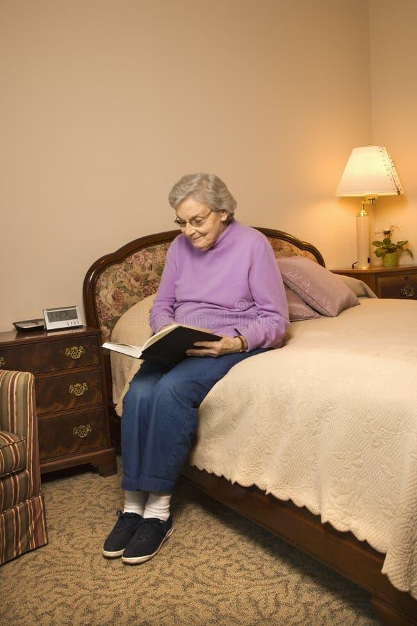 Libro di lettura caucasico anziano della donna. fotografie stock