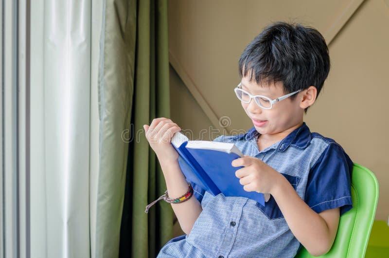 Libro di lettura del ragazzo nella sala immagine stock libera da diritti