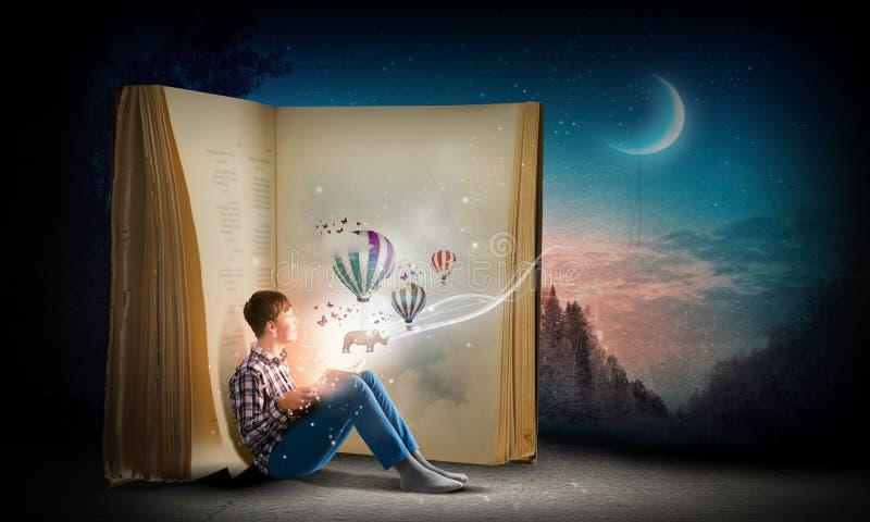 Libro di lettura del tipo immagini stock libere da diritti