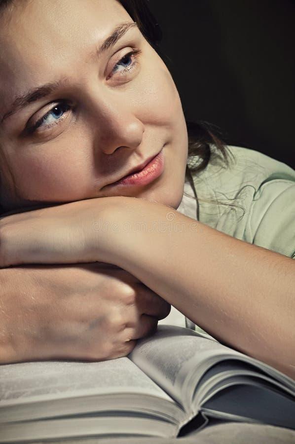 Libro di lettura dell'adolescente, sognando dell'amore romantico, immaginando fotografie stock libere da diritti