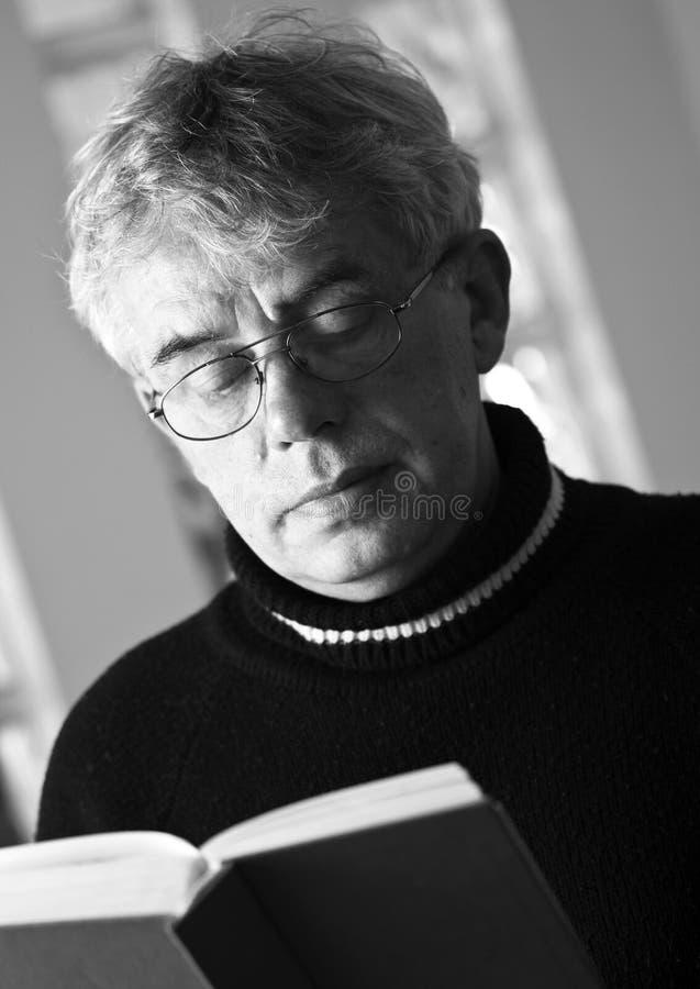 Libro di lettura dell'uomo maggiore fotografie stock libere da diritti