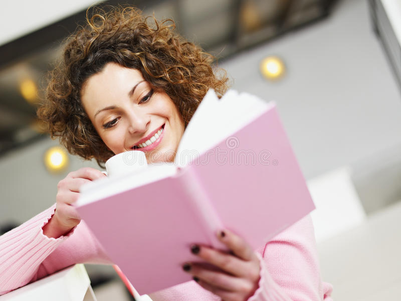 Libro di lettura della donna fotografie stock libere da diritti