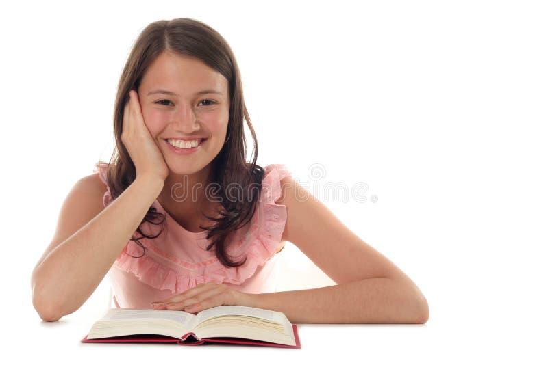 Libro di lettura della donna immagine stock