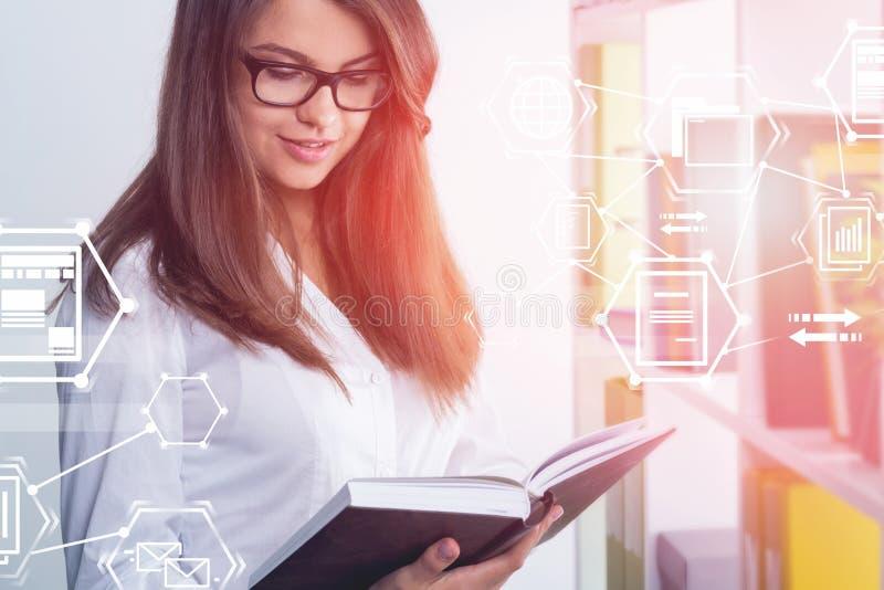 Libro di lettura della donna di affari, documento elettronico fotografia stock libera da diritti