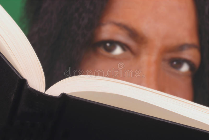 Libro di lettura della donna di colore immagini stock