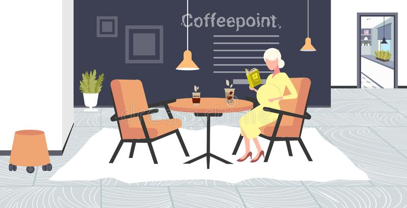 Libro di lettura della donna incinta che si siede alla ragazza della tavola del caffè che tocca il suo caffè moderno di concetto  royalty illustrazione gratis