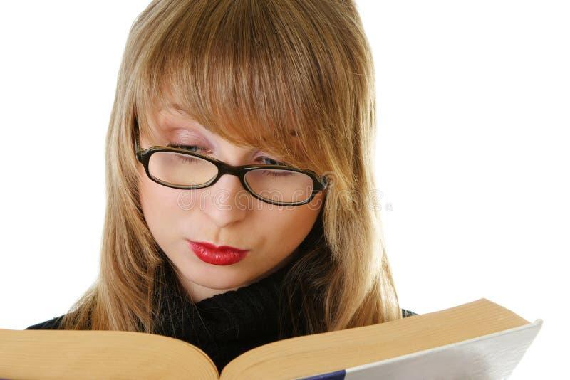 Libro di lettura della giovane donna fotografia stock libera da diritti