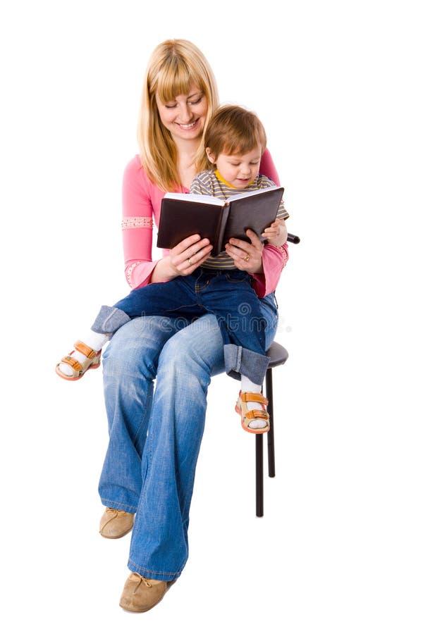 Libro di lettura della madre fotografia stock libera da diritti