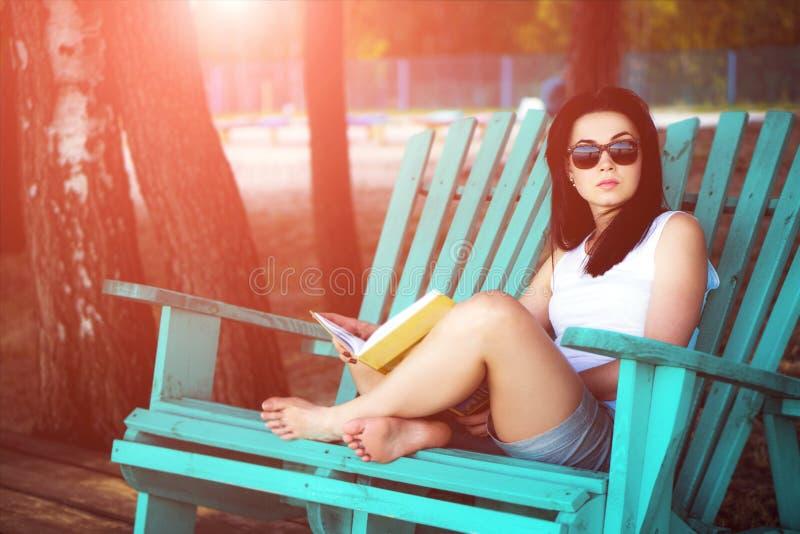 libro di lettura della ragazza all'aperto sulla spiaggia fotografie stock libere da diritti