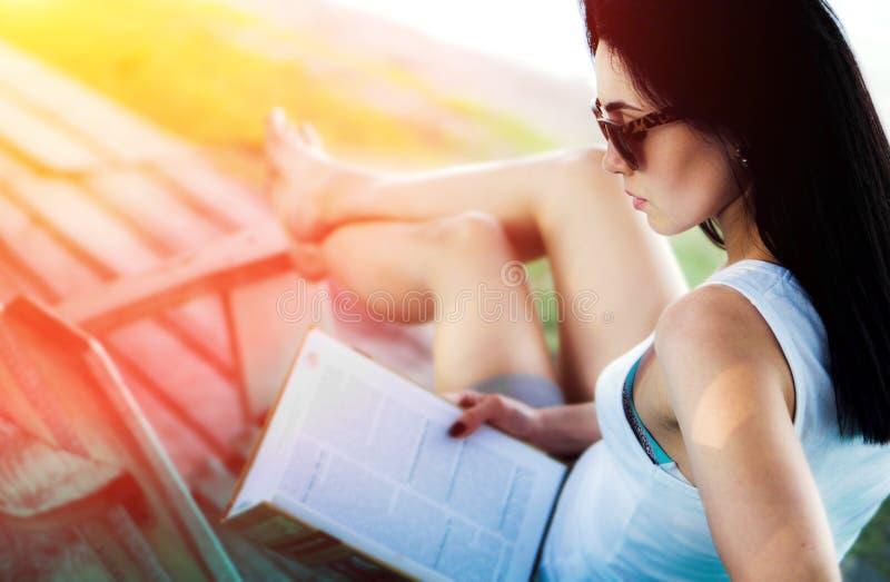 libro di lettura della ragazza all'aperto sulla spiaggia immagini stock libere da diritti