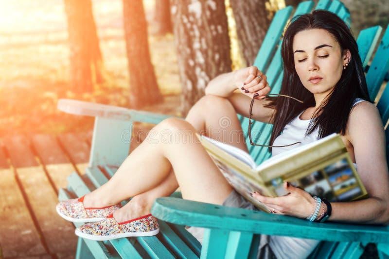 libro di lettura della ragazza all'aperto sulla spiaggia fotografia stock