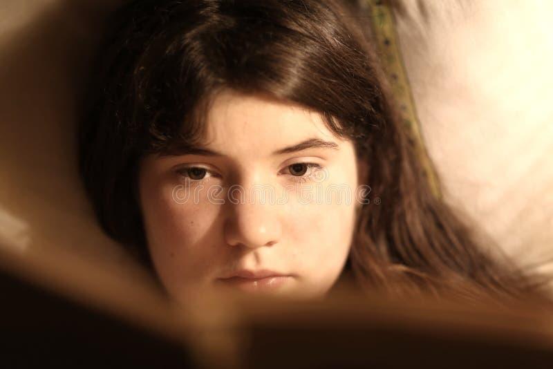 Libro di lettura della ragazza dell'adolescente dell'introverso immagine stock