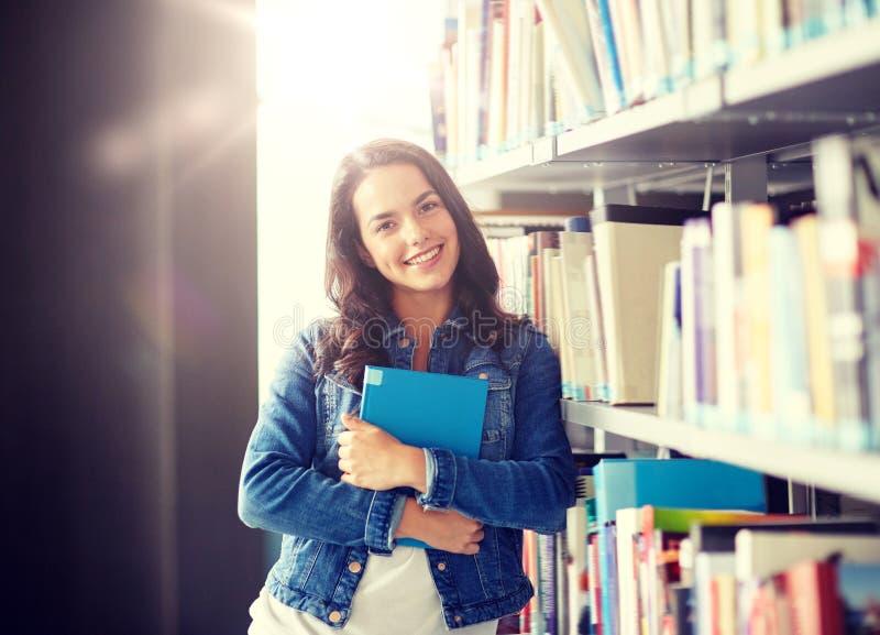 Libro di lettura della ragazza dello studente della High School alla biblioteca fotografie stock