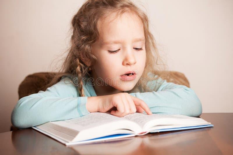 libro di lettura della ragazza immagine stock libera da diritti